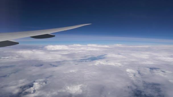 Flugzeug, das hoch in den Wolken fliegt. Flugzeugflügel während des Fluges