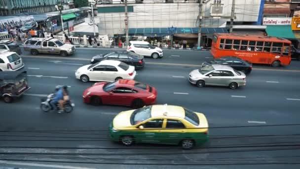 Tok aut na městské silnici v obchodním centru ve dne. Vícepruhového provozu na rušné Avenue