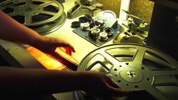 35 mm Film. Filmrückspulen auf dem Schneidetisch