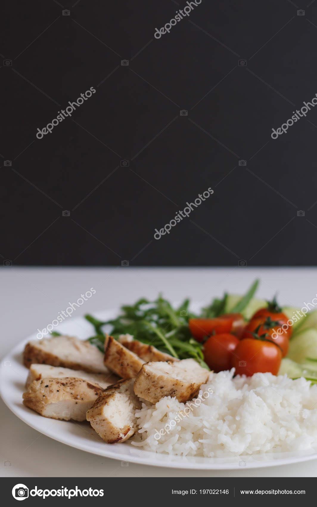 Рис с куриной грудкой и салат с адыгейским сыром   низкокалорийные.