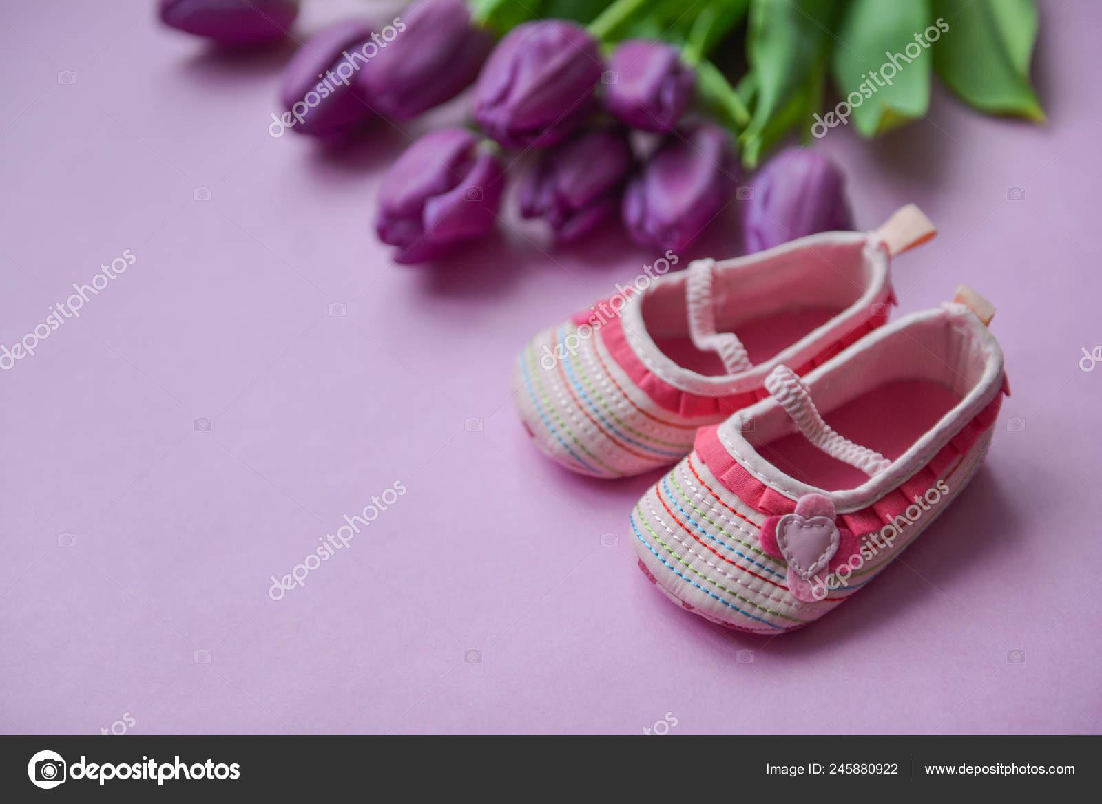 Tulipanes En Un Fondo Y Los Niños Los Zapatos Para Niñas