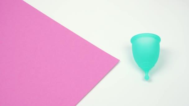 weibliche Hand wählt die Menstruationstasse als Alternative zu hygienischen Tampons, Körperpflegeprodukten während der Menstruationszeit Nahaufnahme