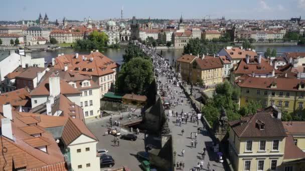 Praha, Česká republika. Květen 2018. Prodleva zobrazení času turistů na Karlově mostě v Praze, Česká republika