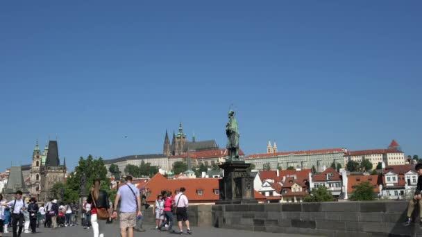 Praha, Česká republika. Květen 2018. Turisté při procházce na Karlově mostě v Praze, Česká republika