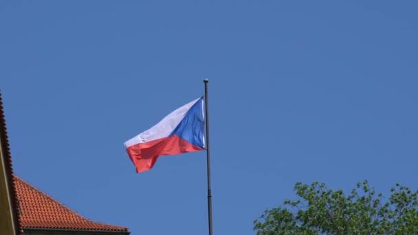 Česká vlajka mávala nad střechami v Praze, Česká republika