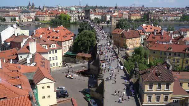 Praha, Česká republika. Květen 2018. Turisté pěšky na Karlův most v Praze, Česká republika