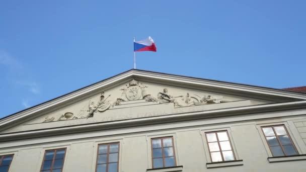 Praha, Česká republika. Květen 2018. Česká vlajka vlny na palác v Praze, Česká republika
