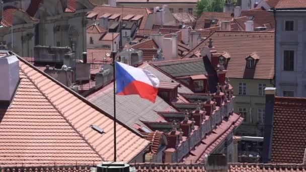 Praha, Česká republika. Květen 2018. Pohled na České mávání vlajkami na střechách z Prahy, Česká republika