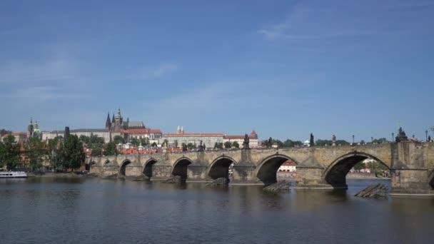 Panoramatický pohled z Karlova mostu na řece Moldava v Praze, Česká republika