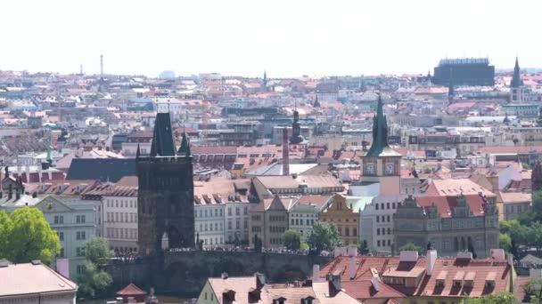 Praha, Česká republika. Květen 2018. Pohled na Karlův most a Old Town Bridge Tower od Pražského hradu, Česká republika