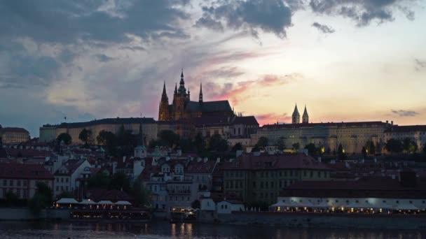 Praha, Česká republika. Května 2018 A pohled na hrad z města při západu slunce v Praze, Česká republika