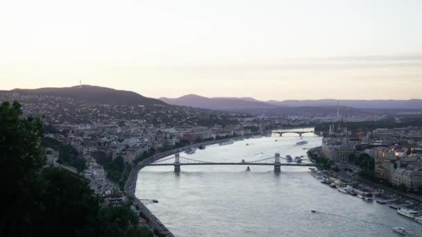Budapest, Magyarország. Július 2018. A panoráma a Duna napnyugtakor, Budapest, Magyarország