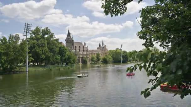 Budapest, Magyarország. Július 2018. A kilátás nyílik a tóra, a Városliget-Budapest, Magyarország