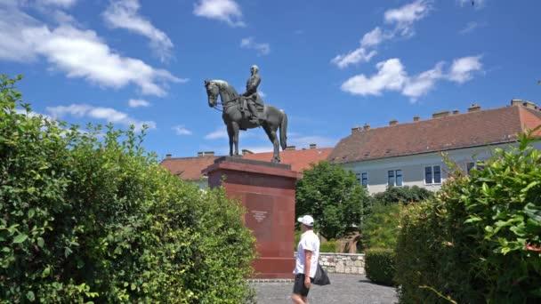 Budapest, Magyarország. Július 2018. a lovas szobra Grgey-szobrot, a Budai Várnegyedet, Budapest, Magyarország