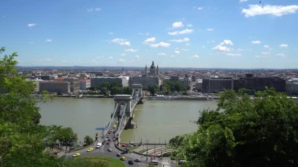 Budapest, Magyarország. Július 2018. Láncok Budapest Duna híd panoráma