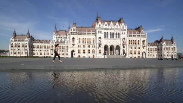 Budapest, Magyarország. Július 2018. A nézet a Parlament-palota, a Kossuth tér, Budapest, Magyarország