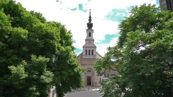 Budapest, Magyarország. Július 2018. Nézd, a fák, az evangélikus templom, Budapest, Magyarország