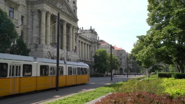 Budapest, Magyarország. Július 2018. Egy sárga villamos Budapesten