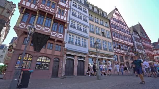 frankfurt am main, juli 2019. blick auf spaziergänger auf dem rmerberg