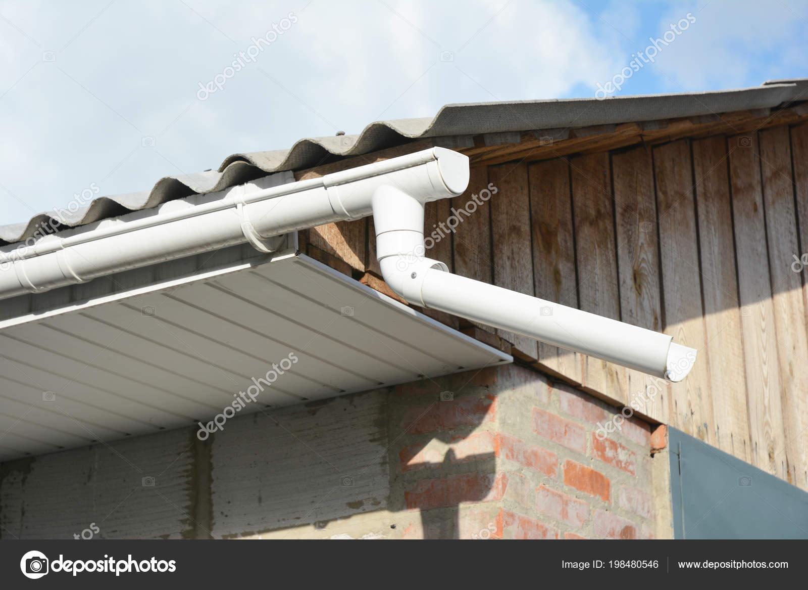 kunststoff dachrinne installieren mit faszien altbau — stockfoto