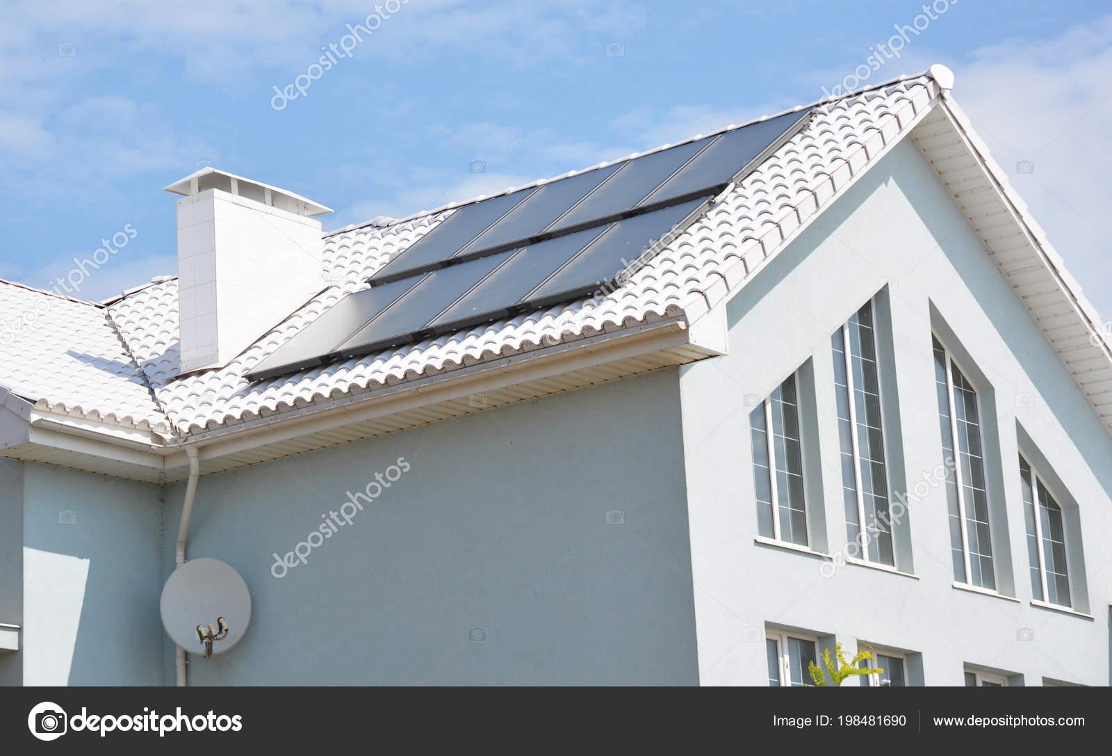 Modernes Haus Mit Energieeffizienz Lösung Konzept Dach Haus Mit  Solarenergie U2014 Stockfoto