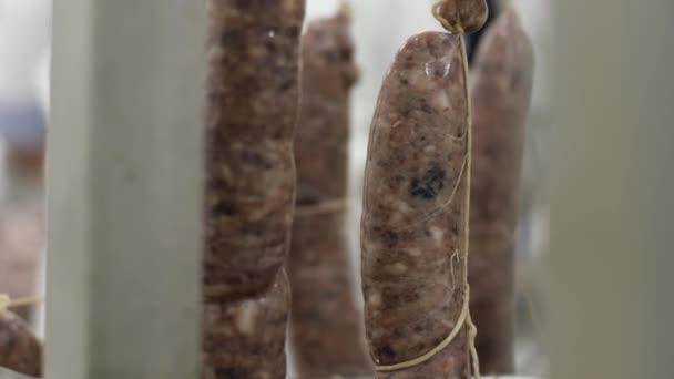 Friss csomagolás kolbász kapaszkodni, hogy gyári hús tálcák.