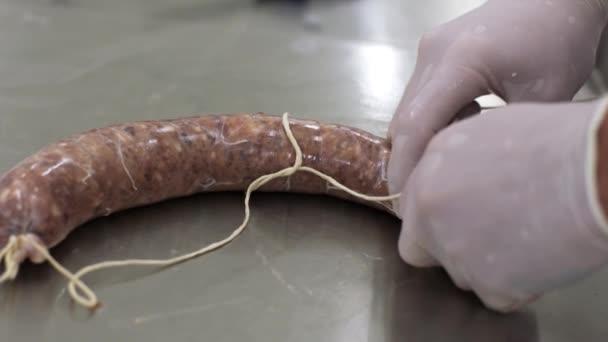 Ember munkavégző csomag friss hús shell, és a kapcsolat, hogy a net. Húsfeldolgozó üzem.