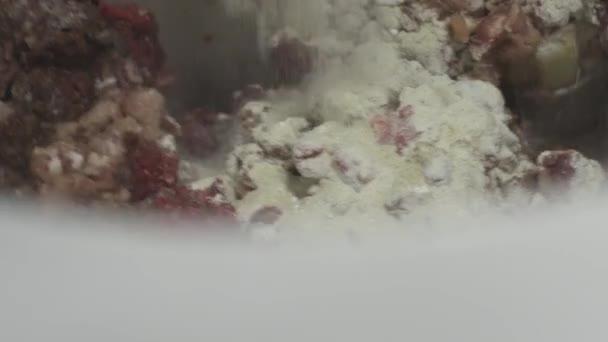 Hús gyári folyamat. Hús, és fűszerek hozzáadása a gombóc a pot
