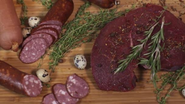 Chutné maso gastronomie na prkénku na ubrus
