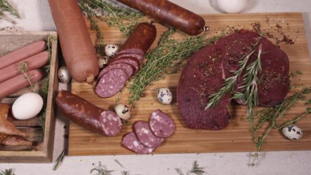 Přírodní maso lahůdky na prkénku na ubrus
