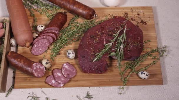 Přírodní maso gastronomie na prkénku na ubrus