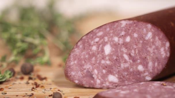 Chutné maso Lahůdkářství plátky s nožem na prkénku vedle bylin
