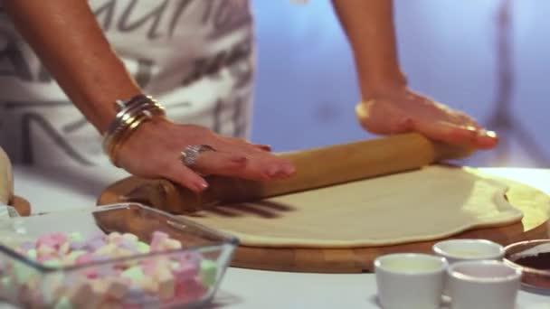 Womans kezet karkötők és gyűrűk zsemlye ki tésztát a fedélzeten-sodrófa