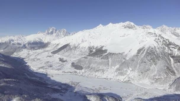 Krásné zimní krajiny sněhu limitován kopce, údolí, hory.