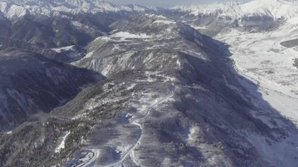 Lélegzetelállító téli táj, a hó hófödte hegyek, a völgy, a gyönyörű hegyek