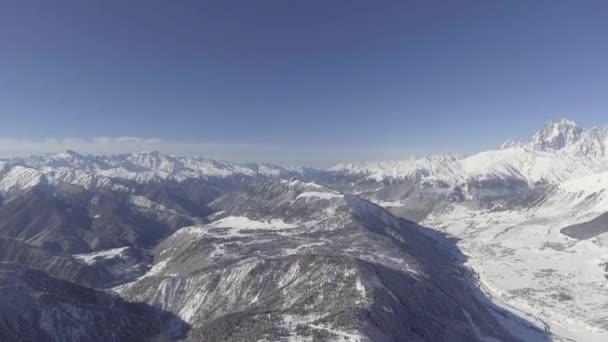 Paesaggio invernale di innevate colline, boschi, montagne spettacolari