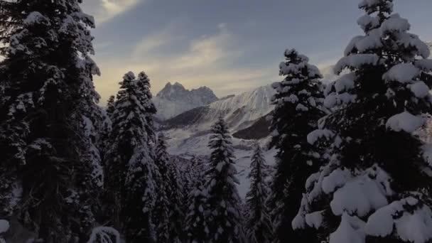 Affascinante paesaggio invernale di smerigliato boschi, colline innevate, splendide montagne