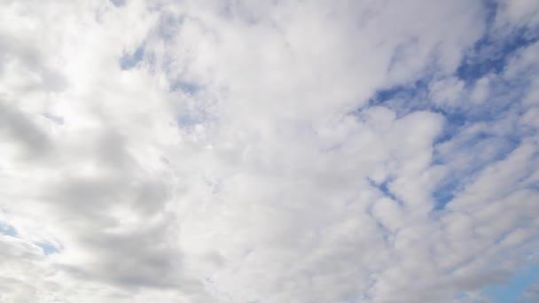 Krásné zakalené letní oblohy a moře pod s vlnami na břeh.