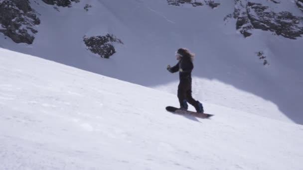 Skigebiet. glücklich Snowboarder Fahrt auf Hang, abrupt bricht. Schneeverwehungen. Sonne