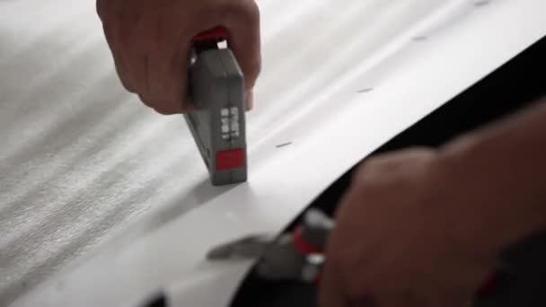 Mani di maschi in auto Graffette pesanti in Bianchi sfondi in graffatrice.