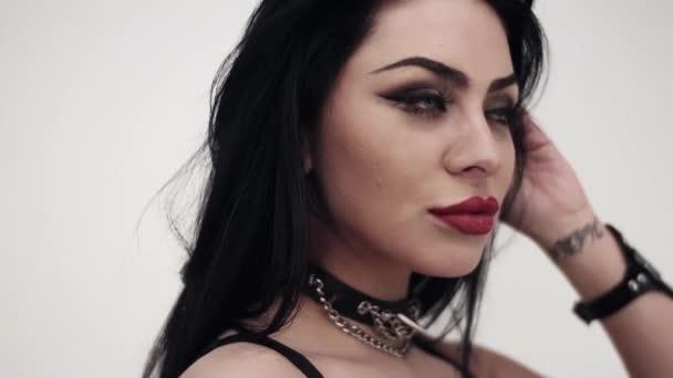 Arca visel fekete bőr nagy ajkak, és gótikus smink barna nő