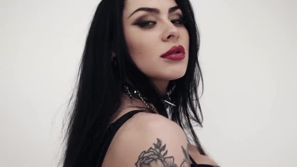 A nagy ajkak, aranyos kék szemek, hosszú, fekete haj és smink csinos női arc.