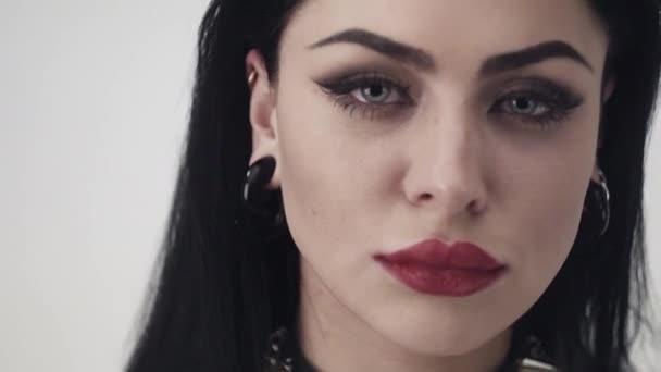 Arca szép nő szexi ajkak, nagy kék szemét, hosszú fekete haj és smink.