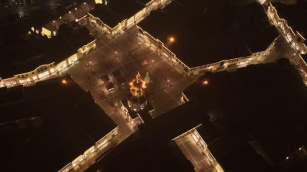 Luftaufnahme des netten Platzes mit beleuchtetem Weihnachtsbaum mitten in der Nacht.