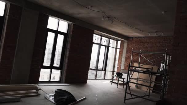Cuarto oscuro sin muebles con grandes ventanales y andamios ...