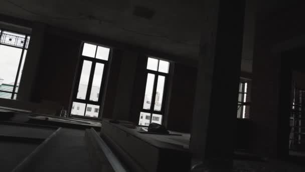Velké prázdné místnosti bez nábytku s velkými okny a kovové lešení