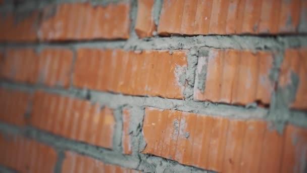 Zblízka pohled na zdi s červenými cihlami a šedá beton v chudobinci