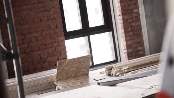 Letní špitálu s velkými okny, kovové lešení a Dřevěná prkna