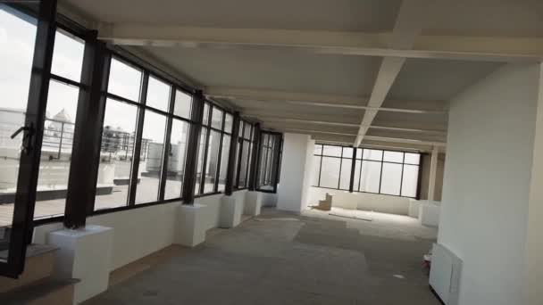 Velký prázdný sál s velkými černými rámu okna a bílé stěny a strop