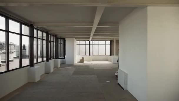 Velká prázdná místnost s velkým černým rámu okna a bílé stěny a strop